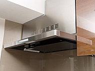 清掃性・デザイン性を向上させた高清掃性レンジフードを採用。油汚れが付着しやすいフード内面やグリスフィルター、整流板に、汚れが染み込みにくい高品位ホーローを採用。