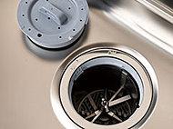 キッチンシンクの排水口部分で生ゴミを粉砕し、水と一緒に専用処理装置から下水道へ放流するディスポーザシステムを採用しています。三角コーナーが不要になり、清潔で快適なキッチンが実現します。