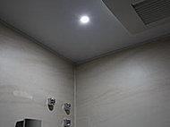 入浴中に手元を明るく照らすLEDのスポットライトをバスタブの上部に設置しています。