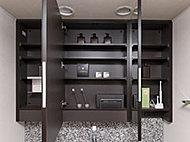 洗面化粧台には、メイクやヘアセットなどに便利な大型ミラーを設置。大容量の収納空間で、洗面カウンターまわりをすっきりと保てます。下部には手元を照らす照明付きです。