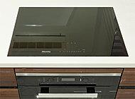 キッチンにすっきり馴染むシンプルなデザインが特徴の、ドイツ・ミーレ社製のIHコンロは、プレミアスイートに採用。※スーペリアはパナソニック社製のIHコンロを標準装備