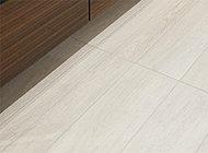 床暖房をビルトインした床には、スペイン産の長形タイルを採用。