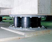 建物本体と基礎の間には、地震による揺れを吸収するゴムと、鋼板を交互に重ね合わせた免震装置を設置しました。※免震装置参考写真