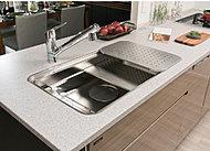 キッチンの天板には、汚れが染み込みにくく、簡単なお手入れで汚れが落とせる人造大理石を採用。