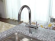従来のストレート吐水を泡沫仕様へリニューアル。泡沫吐水になる事で、泡を含んだやさしい吐水と節水を実現。もちろんシャワー機能もついているので浄水シャワーも使用できます。