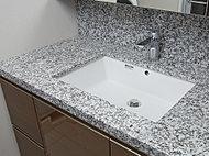 天然石の洗面カウンタートップ。質感が心地良く、美しく格調高い洗面空間を演出します。