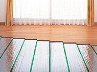 足元からやさしく部屋全体を暖めるガス温水式床暖房を採用しています。通常の暖房に比べ、日だまりのようなやさしい暖房感が得られ、器具の転倒によるやけどや火災などの心配もありません。