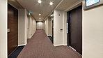 【1】内廊下のアプローチ【2】エントランス【3】和の趣のガラススクリーン【4】エントランスホール