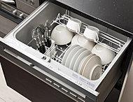 スイッチひとつで食器洗いから乾燥まで行う食器洗い乾燥機。洗い物の手間と時間を大幅削減することで、食事後により充実した時間が生まれます。