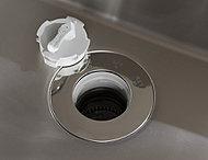 生ゴミを粉砕してそのまま流すディスポーザーが、調理後のゴミ処理の負担が軽減します。ゴミ捨ての回数を減らせる点も時短につながります。