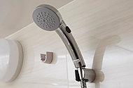 シャワー内の圧力を上げることで、少ない水量でも勢いあるシャワーを可能に。従来水量に比べ節水・省エネ効果を発揮します。