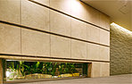 都心ライフをより快適にお過ごしいただけるよう内廊下設計を採用しています。外からの視線を遮りプライバシーに配慮。ホテルのような落ち着きある空間が私邸へとエスコートします。