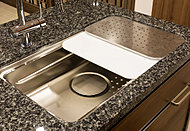 「洗う、調理、片付ける」作業の効率を高める3層構造のシンクを採用。水はねの音を抑える静音設計です。