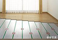 塵や埃が舞い上がりにくく、足元から効率的かつ健康的に温める床暖房を全戸のリビング・ダイニングに採用。