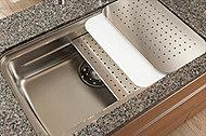 シンク上部やミドルスペースにプレートを設置することによって、広い調理スペースを確保しています。※まな板はオプションとなります。