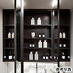 忙しい朝の身支度に活躍する三面鏡。鏡の裏には洗面用具や化粧品を収納できるキャビネットを備えています。