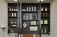 便利な三面鏡収納を採用。化粧品など必要なものをすっきり収納でき、さらに扉を閉めた状態でコンセントを使用できるので便利です。