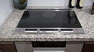 火を使わないので安全。表面がフラットなので掃除しやすく、加熱していないときは調理台としても使えて便利です。