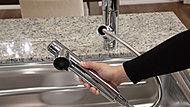 キッチンの水栓のシャワーヘッドに浄水器を内蔵。必要に応じて浄水に切り替え、ご利用いただけます。※浄水は水のみを流してご使用ください。