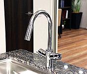 キッチンの水栓は、ハンスグローエとメイスイ社が共同開発した浄水器と一体になった曲線形状のグースネック型を採用。※1