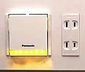 廊下には足元を優しく照らすフットライトを設置。非常時に取り外すと懐中電灯として利用できます。