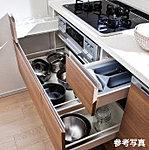 キッチンの大きな鍋などを効率的に整理できるスライド収納を採用。奥まで引き出して収納できるため、整理しやすく取り出しやすい仕様です。