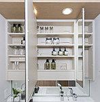 洗面化粧台には三面鏡収納を採用。ドライヤーや化粧品などをすっきりと収めることができます。