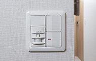 玄関に立つと人感センサーにより照明が自動点灯。暗がりでのスイッチ操作が不要で便利です。