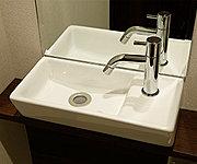 手洗いボウルは表面が平滑に処理された汚れのつきにくい製品です。また、カウンターがついているので、空間にゆとりが生まれます。