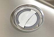 シンク上段やミドルスペースにプレートを設置し、広い調理スペースを実現します。