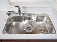 フライパンや大型の中華鍋もゆったり丸ごと洗えるワイドサイズのシンク。水はねの音を抑える低騒音仕様としました。※E・Fタイプは除く。