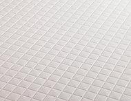 すばやく乾燥し、水たまりができにくくするモザイクパターンの浴室床。ブラシで軽くこするだけで簡単にお手入れできます。