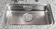 システムキッチンには、フライパンや大型の中華鍋などもゆったり丸ごと洗えるワイドサイズのシンクを採用。