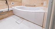 ゆったりとしたスペースを確保すると共にユニットバスはまたぎの高さを抑えた約42cmの低床タイプのものを採用。安全でスムーズな入浴を実現します