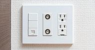 電気コンセント、電話端子、TV端子、インターネット用端子を設置できるようプレートを一体化。 ※写真はLDの一部