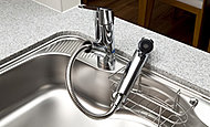 キッチンの水栓のシャワーヘッドに浄水器を内蔵。※浄水は水のみを流してご使用ください。