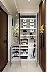 棚板の高さを自由に変えられ、ブーツも寝かさずに収納できる下足入。傘や靴ベラ、小物入れスペースなど、こまやかな工夫を詰め込んでいます。