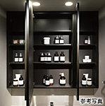洗面用具や化粧品を収納できるキャビネットを備えた収納スペースです。