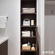 タオルや洗剤などの小物収納に便利な物入れを設置しました。