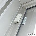 1階住戸の窓に防犯センサーを設置。警戒中に窓の防犯センサーが感知すると住戸内のインターホンが鳴動しセントラル警備保障へ自動通報されます。※1