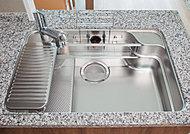 フライパンや大型の中華鍋なども洗える、ワイドサイズのシンク。裏側に特殊加工を施し、水はね音を抑える低騒音仕様。