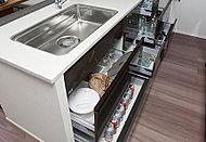 キッチンの鍋や食器、瓶類等を効率的に整理できるスライド収納。ソフトクローズを採用し、静かでスムーズな開閉ができます。