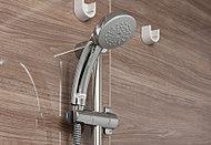 従来のシャワーに比べ、最大48%の節湯効果を実現しました。シャワーを持ったまま手元で操作できるので、子供の身体を洗ったり、片手がふさがっている時でも便利です。