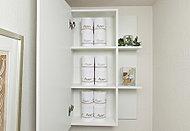 トイレットペーパーの予備やお掃除用品の保管などに便利な収納空間をご用意しています。