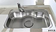 ワイドサイズのシンクは、水はね音を抑えた低騒音仕様を施しています。