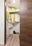 衣類をたっぷり掛けられるハンガーパイプに加え、バッグや帽子などの収納に便利な枕棚も設置。スーツケースなどの大きなものもしまえます。