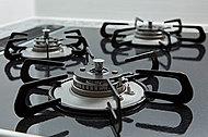 見た目が美しく、掃除も容易なハイパーガラスコートトップのガスコンロを採用。