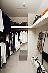 普段よく着る洋服から季節ものの衣類、ロングコートなどの長物まで、たっぷり収納可能。上部の棚にカバンや帽子などを整理できるので便利です。