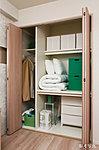 布団を三ツ折にして収納できる奥行きと衣類を吊るして納めるスペースを効率よく組み合わせた「布団クローゼット※1」を採用。