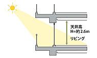 タワーマンションならではの工夫として、一般的な天井高よりも高い約2.6mを確保し、居室内も開放的に感じられるよう工夫しました。